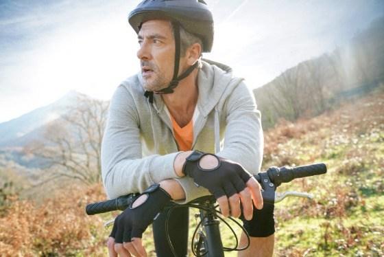 Metagenics - Sanprogin - man neemt rustpauze op fiets